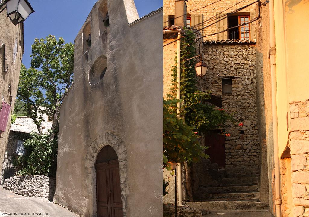 A gauche, façade de l'église. A droite, des escaliers menant au village, entre les maisons.