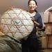 Mme Wang dans son entrepôt montrant sa plus grosse galette