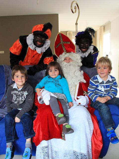 Op de foto met de Sint en zijn zwarte pieten :)