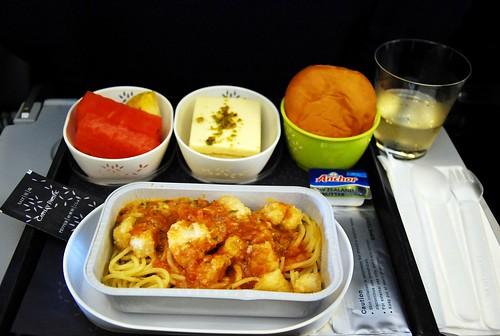 機上餐....雞肉義大利麵.... 還算可以....XD