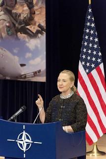 Clinton külügyminiszter sajtótájékoztatót tart a 2012. évi NATO külügyminiszteri értekezleten (USA kormányfotó)