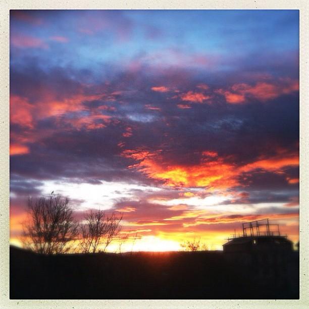 Приоткрыл с утра глаза, а там - такое! Сразу проснулся :) #sunrise #crimea #winter #wintersky #clouds #sun #hipstamatic