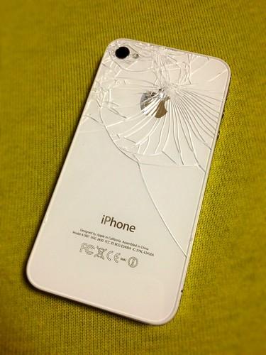 背面にヒビが入ったiPhone