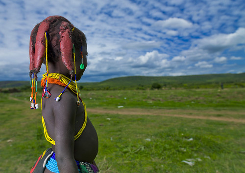 africa people girl childhood horizontal dreadlocks female youth standing person one beads kid exterior child horizon bluesky tribal innocence tribe humanbeing plaits oneperson backview huila colorphoto angola southernafrica mwela waistup cauri ethnicgroup traditionalhairstyle chibia mumuhuila mwila southangola mumuhuilatribe mwilatribe nontombi caurishells ango01815