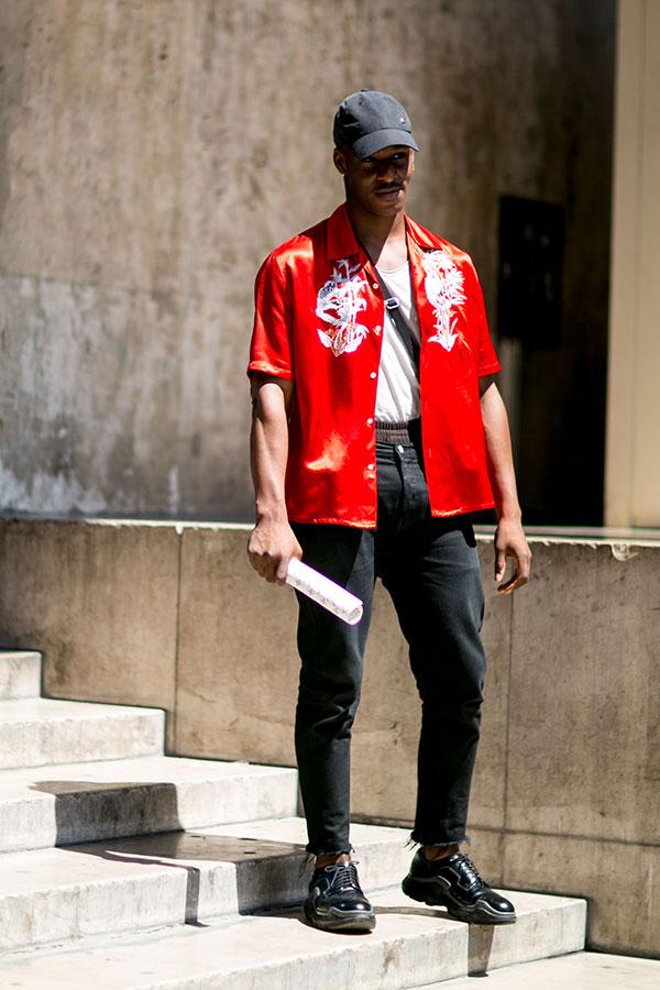 黒キャップ×赤サテン半袖シャツ×黒パンツ×黒ダービースニーカー