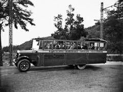 Crèdit foto: Merletti Guaglia, Alexandre. Col. Merletti / Institut Estudis Fotogràfics de Catalunya: A la Barcelona dels anys 1930 era habitual veure autobusos descapotats que feien rutes turístiques a la ciutat.