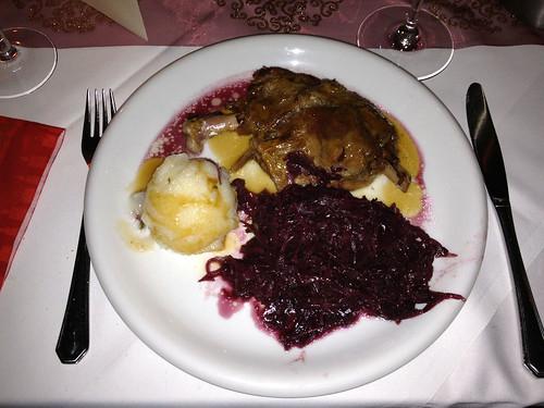 Gänsekeule (Confit) mit Rotkohl & Klößen / Goose leg with red cabbage & dumpling