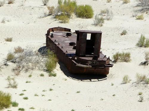 Barco varado en la arena del Mar de Aral