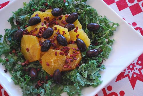 Grönkålssallad med apelsin, oliver och granatäpple by abris2009