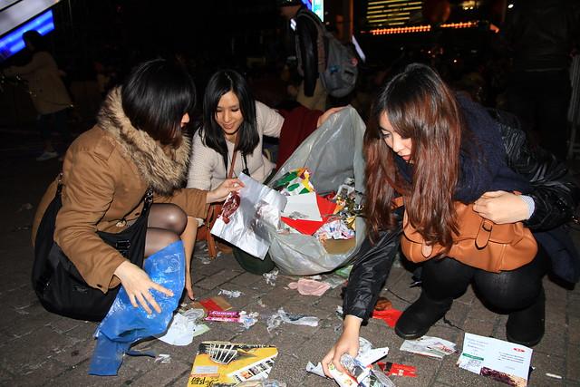 2013台北市跨年晚會-民眾收垃圾-2-201301010146-賴鵬智攝