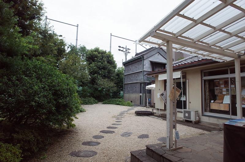 旧江戸川乱歩邸洋館から中庭を望む