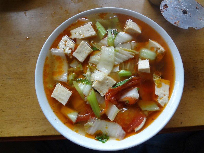 Preparação de noodles em Zangmu Tibete