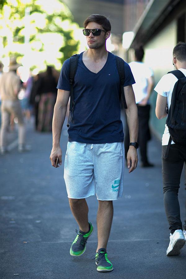 ネイビーVネックTシャツ×Nikeスウェットハーフパンツ×Nikeフリー4.0緑黒