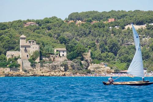 Imatges generals de la regata, amb el castell de Tamarit al fons