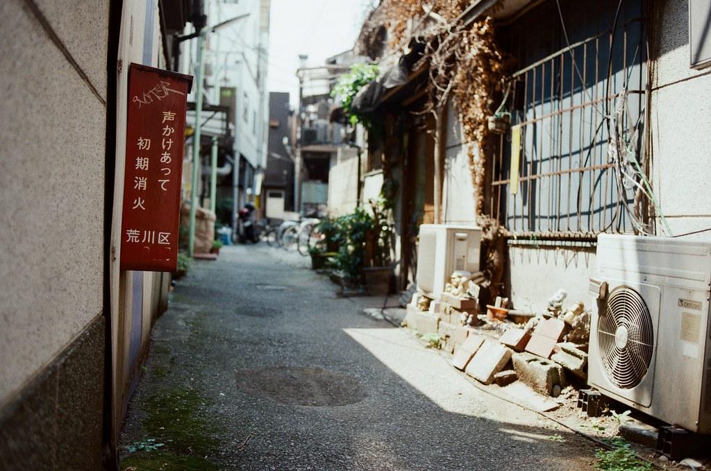 都電荒川 三ノ輪橋 Tokyo, Japan / Kodak ColorPlus / Nikon FM2 荒川,努力的找可以紀錄地點的物品。  旅行的時候能夠把時間、地點巧妙的記錄下來,我相信以後一定有辦法再回到這裡,或是這個時間。  Nikon FM2 Nikon AI AF Nikkor 35mm F/2D Kodak ColorPlus ISO200 6412-0034 2016/05/22 Photo by Toomore