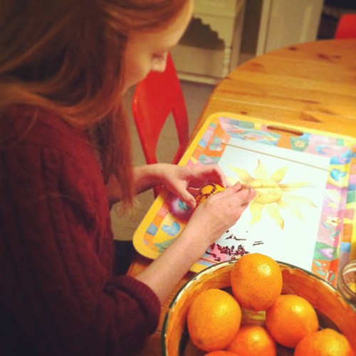 making pomanders for Solstice #yule #deckthehalls #unschooling