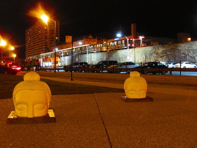 Rupaka kepala Buddha dalam Proyek Ten Thousand Ripples di sebuah jalan di Chicago, Illinois, A.S.. Foto: flickr.com/people/zol87/