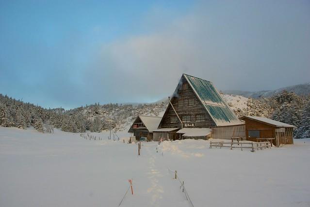 雪の中の縞枯山荘