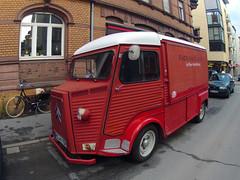 fire department(0.0), antique car(0.0), recreational vehicle(0.0), fire apparatus(0.0), automobile(1.0), van(1.0), vehicle(1.0), truck(1.0), citroã«n h van(1.0), light commercial vehicle(1.0), land vehicle(1.0), motor vehicle(1.0),