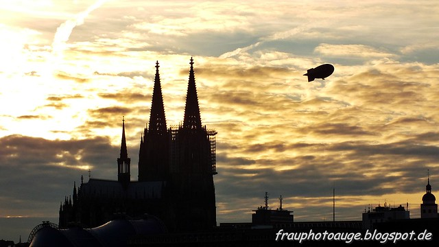 Kölner Dom mit Zeppelin