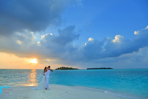 wedding sunset summer sun male beach kiss photographer scenic lagoon victoria romance maldives vows renewal d600 maale tigray nikond600