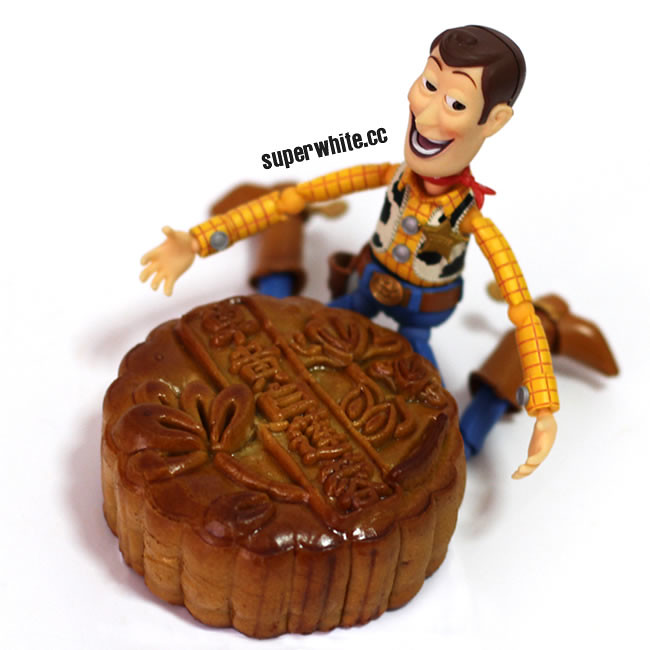 A giant mooncake for Woody. 好大个月饼,像个亮!