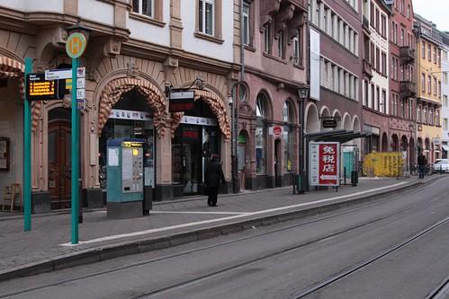 Platform tram stop at Paulsplatz on Bethmannstraße