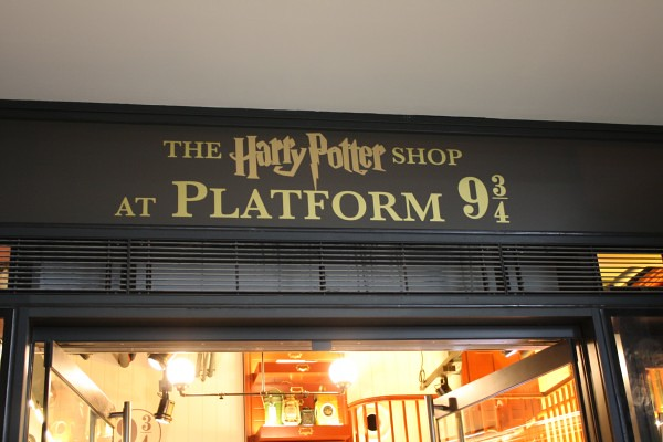 Harry-Potter-Platform-9-shop-Kings-Cross-Station-London-1-600x400