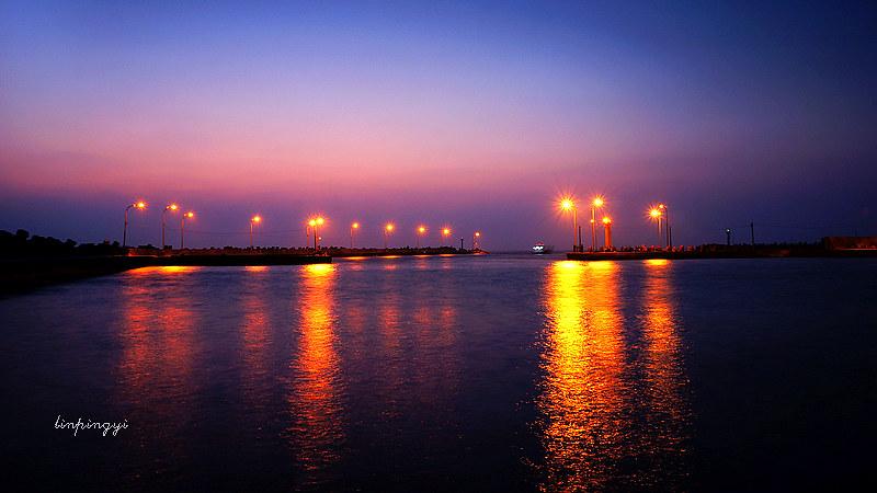 <蚵仔寮漁港>夕陽、漁船、ME