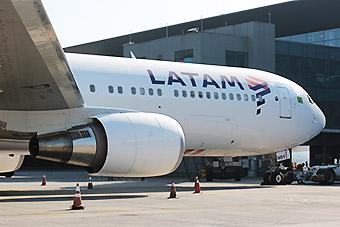 LATAM Airlines B767-300ER PT-MSY gate GRU (LATAM)