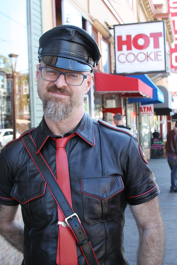 HOT LEATHER MAN at the LEATHER WALK 2016 ! ( safe photo )