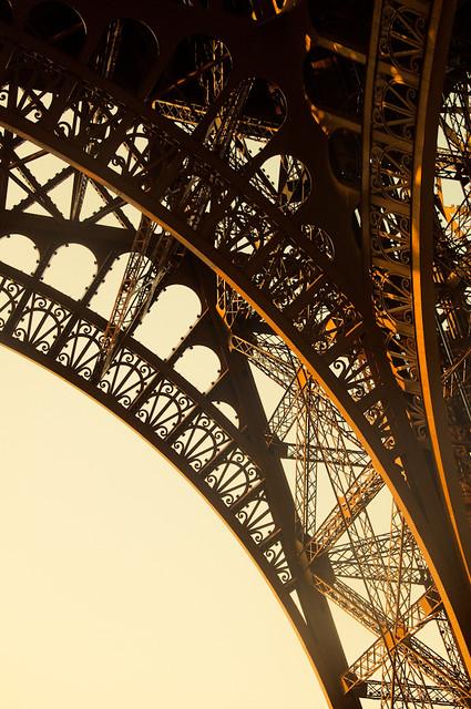 Le pied de la tour eiffel flickr photo sharing for Chaise pied tour eiffel