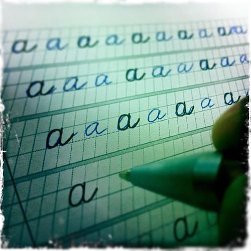 Пишу как курица лапой. Вспомнил первый класс и скачал прописи :)