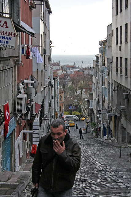 Sloping road and the sea, Istanbul old city, Turkey イスタンブール、旧市街の坂道から見える海