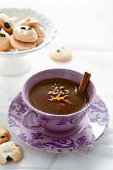 Cioccolata in tazza al latte di cocco, arancia e cannella