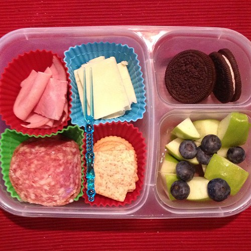Home made lunchables with applegate organics lunch meat, apples and blueberries with lemon juice and joes joes. #kidslunch #easylunchboxes