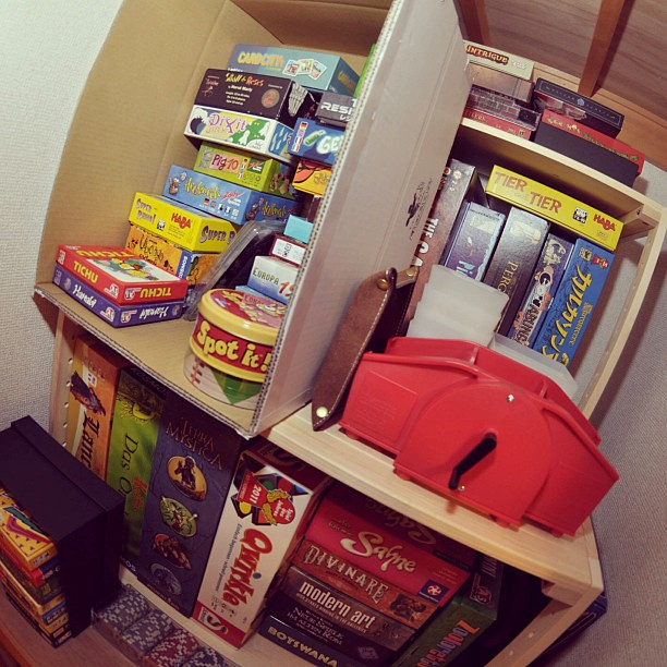 ファニーなにおいのするシェルフ段違い2つを大箱ボードゲームくらいの値段で買って収納力を高めました。(^人^)#py_bg2013