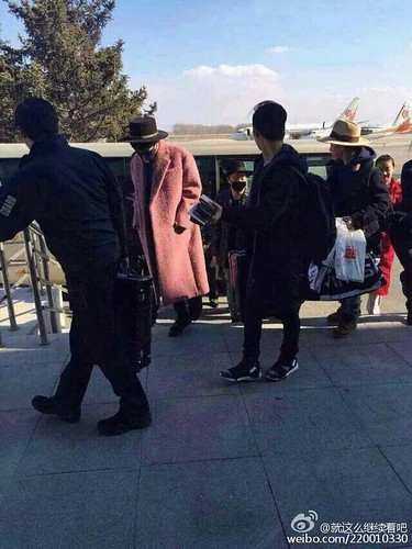 Big Bang - Harbin Airport - 21mar2015 - 就这么继续着吧 - 02