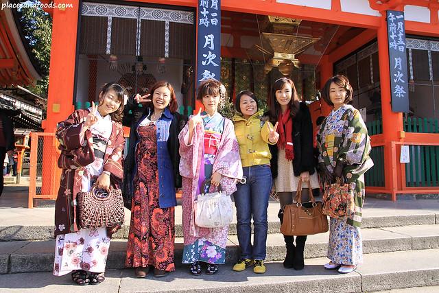 yasaka shrine entrance group picture