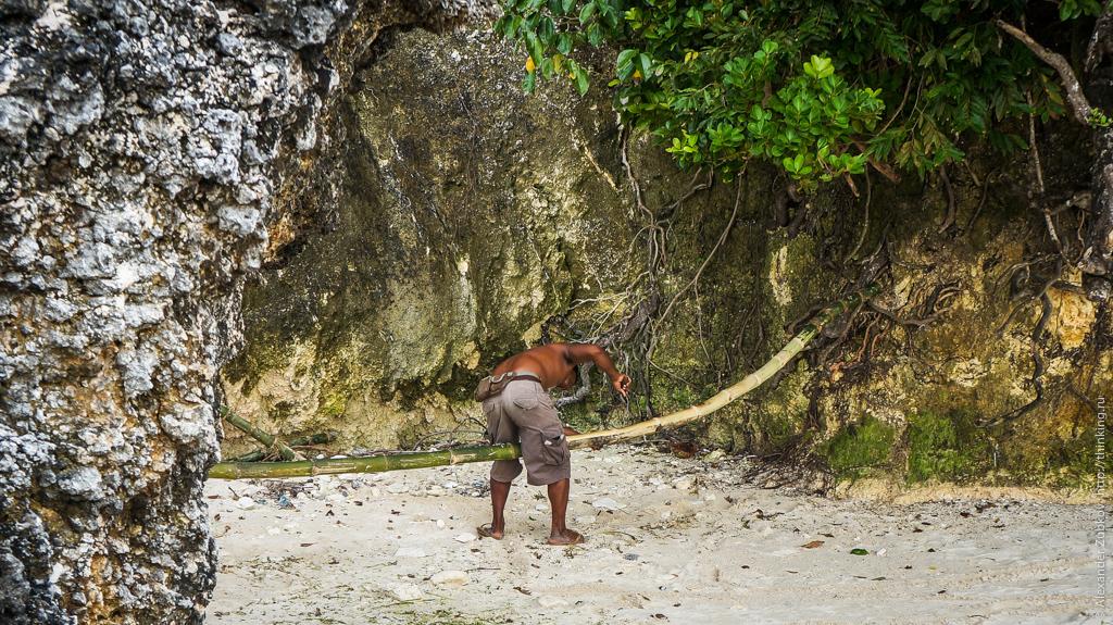 Филиппинец строгает бамбук