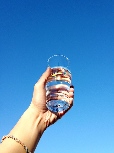 [フリー画像素材] 人物, ボディーパーツ - 手, 水・氷, コップ・グラス ID:201301210600