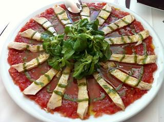 Ensalada de ventresca con tomate triturado y canónigos