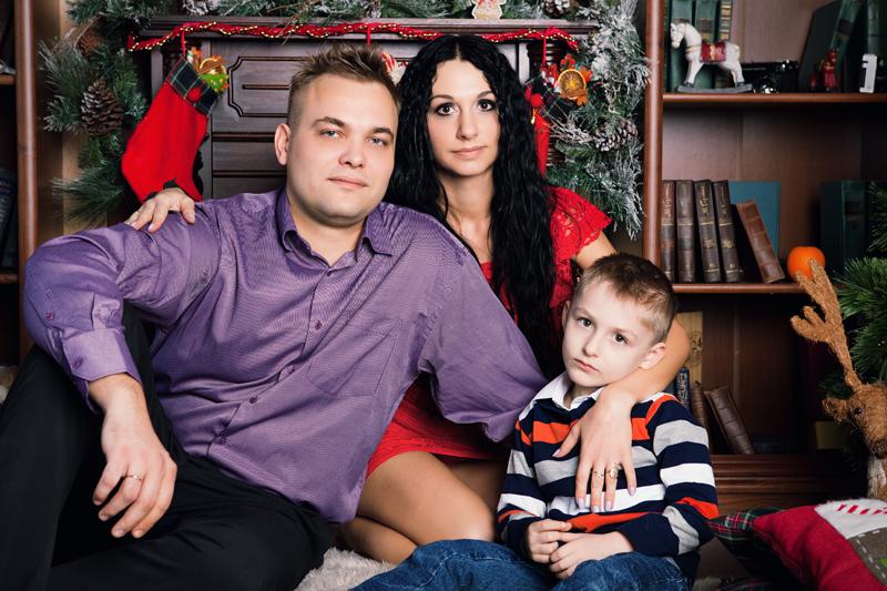 Семейная фотосессия в интерьере студии