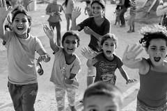[フリー画像素材] 人物, 子供 - 女の子, バイバイ, モノクロ ID:201301011200