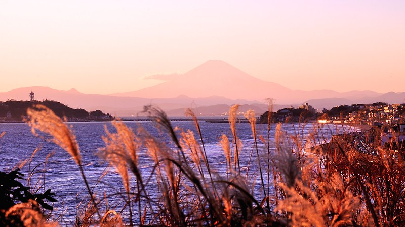 鎌倉稲村ケ崎から富士山と江ノ島を望む