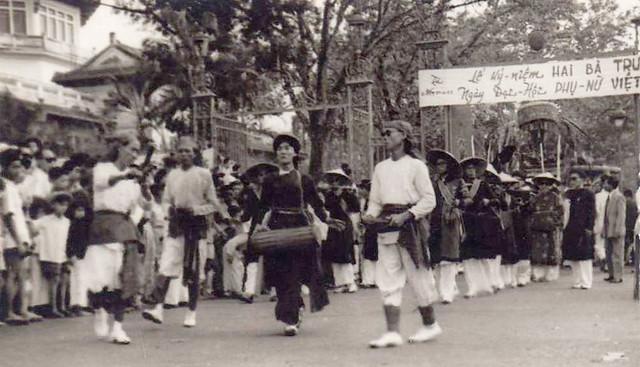 SAIGON 1950 - FETE ET DEFILE DE 'HAI BA TRUNG'