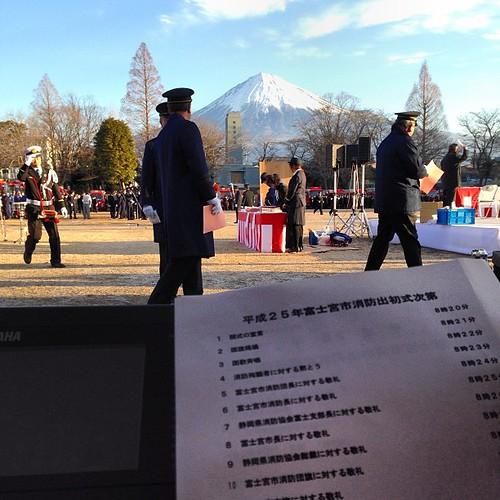 富士山に見守られて、富士宮市消防出初式で仕事始めです!寒〜い。…