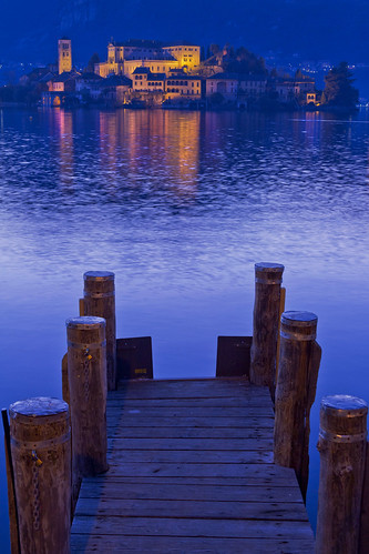 Isolata in mezzo al lago. by Claudio61 una foto ferma un ricordo nel tempo