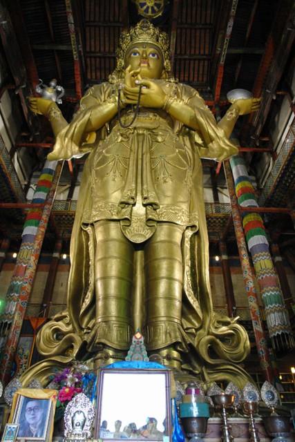 Templo para la veneración de Janraisig ('Chenresig' en tibetano), el Bodhisattva de la compasión Gandantegchinlen Khiid, el espíritu tibetano de Ulan-bator - 8378982696 45b732a45e z - Gandantegchinlen Khiid, el espíritu tibetano de Ulan-bator