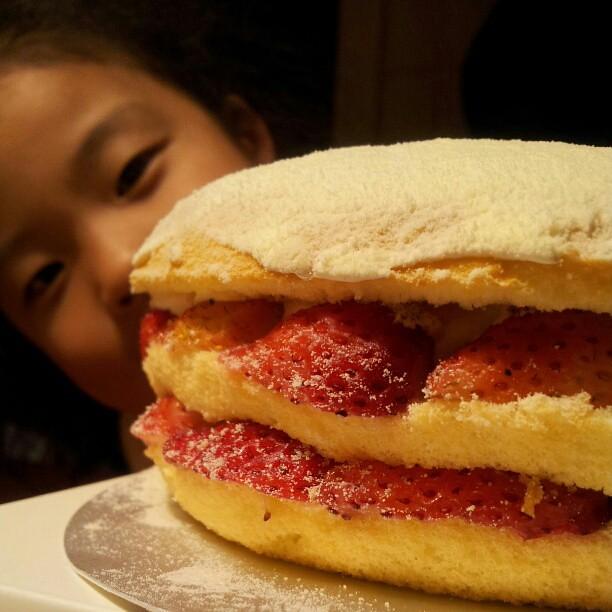 20130123 謝謝新婚人妻麻太太阿仔昨天連夜提過來的佳樂草莓波士頓派。(雖然你選了這天結婚 每年都要搶我鋒頭 哼!)